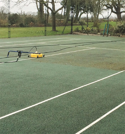 Cleaning a tarmac tennis court